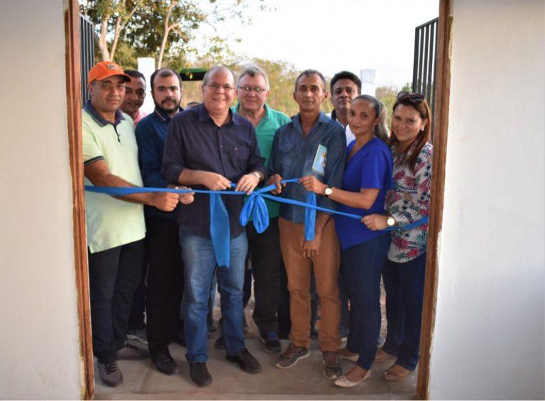 Hildo Rocha inaugura fábrica de farinha e entrega trator em Barra do Corda