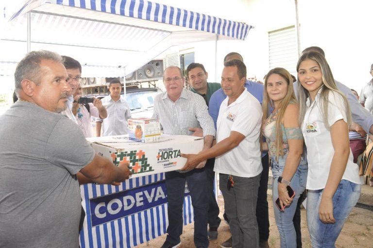Hildo Rocha entrega barracas padronizadas para feirantes, kits de irrigação para produtores rurais de Açailândia e se reúne com autoridades