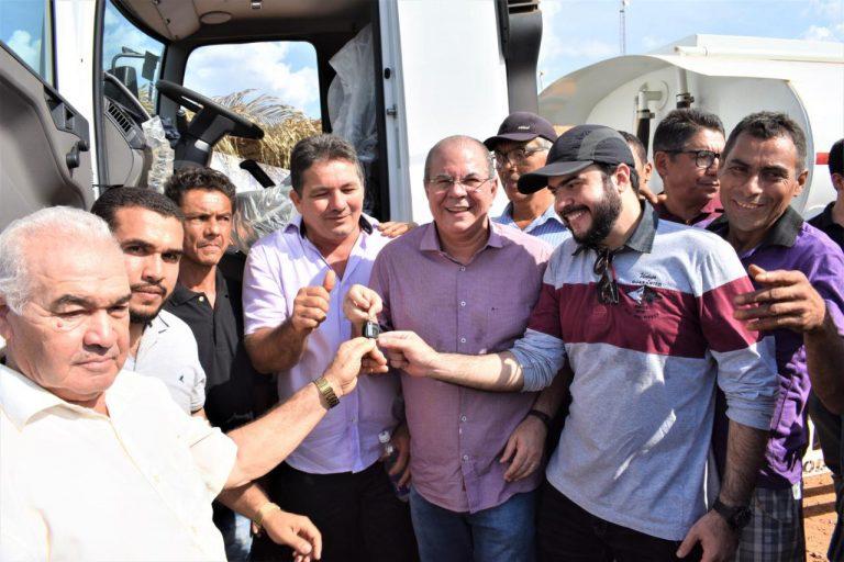Hildo Rocha e Lindomar Araújo entregam caminhão pipa para comunidade Chapada do Cantinho