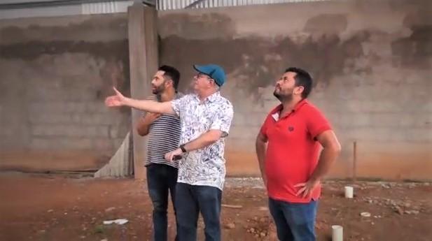 Em Campestre, deputado Hildo Rocha e prefeito Valmir Moraes vistoriam construção de ginásio de esportes