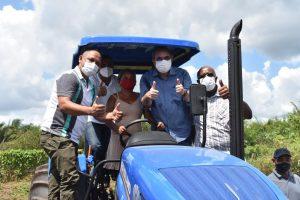 Hildo Rocha entrega equipamentos agrícolas para trabalhadores rurais de Cantanhede