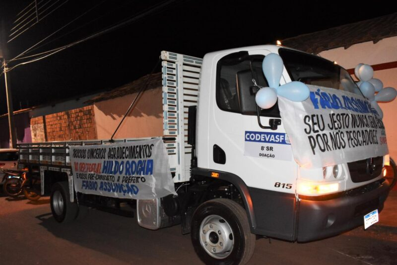 FOTO 2 %E2%80%A2 Hildo Rocha entrega caminh%C3%A3o para pescadores de S%C3%A3o Mateus - Hildo Rocha entrega caminhão para pescadores de São Mateus e equipamentos agrícolas para produtores em Imperatriz - minuto barra