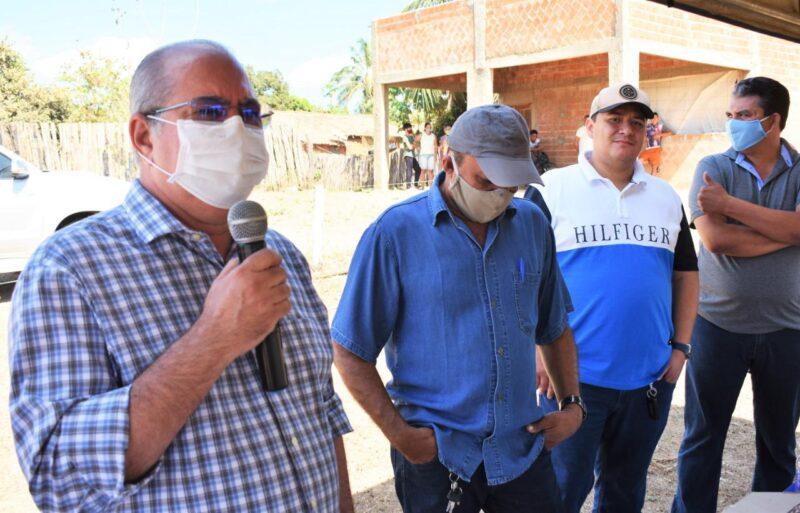FOTO 2 4 - Hildo Rocha vistoria construção de sistema de abastecimento de água em Jenipapo dos Vieiras